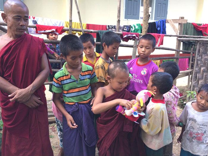 orfani con giocattoli presso orfanotrofio sasana - children do matter